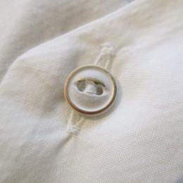 ペイントされた小ぶりのボタンもかわいいですよ。