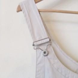 肩ひもはオーバーオールのように「吊りカン」になってます。