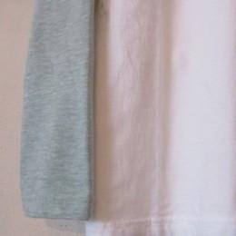 袖や裾はシンプルなつくりになってます。