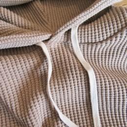 素材には2色の糸をミックスしたオリジナルのワッフル生地が使われています。