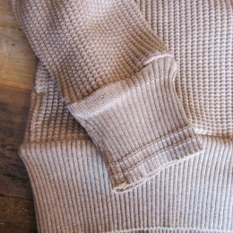 よく見ると、裾と袖のリブの編み出しが違いますよ。