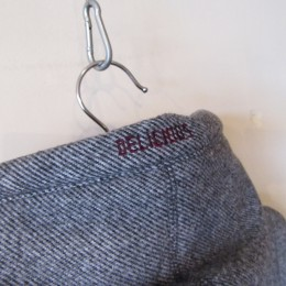 フード部分には「DELICIOUS」の刺繍が入ってます。