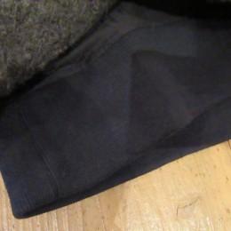 よく見るとリブは内側から縫い付けてありますよ。
