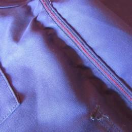 中はしっかりとトリプルステッチで縫製されています。(・・真ん中の赤ステッチがまたおしゃれですね。)