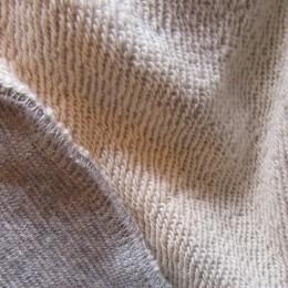 洗いをかけた裏毛のスウェット生地はやわらかで肌ざわりも良いですよ。