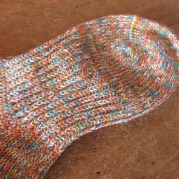 よく見ると、甲から土踏まずにかけてぐるりとリブ編みになってますよ。