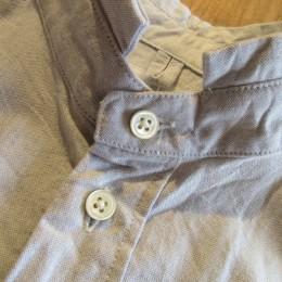独特な襟もとが(あと、ボタンの位置も!)絶妙です。