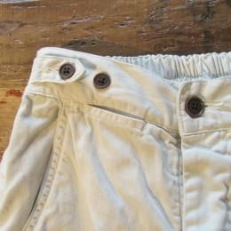 サイドに付いたボタンでウエストの調節ができますよ。(ちなみに、コインポケットも付いてます。)