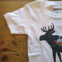 ボディにはシンプルなクルーネックTシャツが使われています。