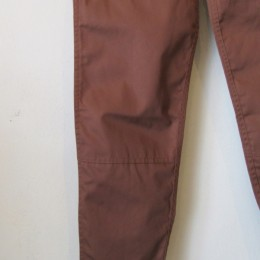 裾にかけてテーパードの効いたすっきりとしたラインに仕上がってます。