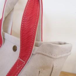 キャンバスには縫製前に洗いをかけられた肉厚ながら柔らかな6号帆布が使われています。