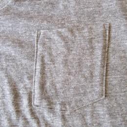 胸ポケットが付いたシンプルなデザインです。