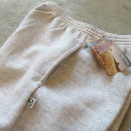 両サイドにポケットが付いただけ(!)の、昔ながらのシンプルなデザインになります。