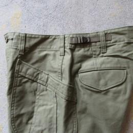 大きなフロントポケットには、たくさんモノが入って(手も入れやすくて!)便利です。 (あと、ウエストのアジャスタでサイズ調節もできますよ。)
