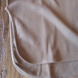 ラウンドした裾のシルエットや、おおきく入ったスリットもいい感じです。