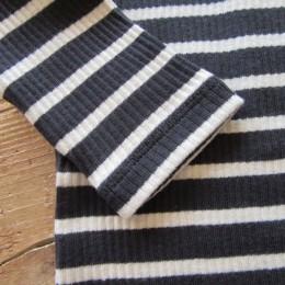 やわらかなリブ編みは着心地も良さそうです。(以上、NAVY × OFF)
