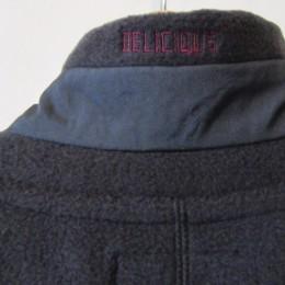 よく見ると、襟のうしろに 「DELICIOUS」の刺繍が入ってますよ。