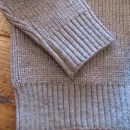 袖や裾は(ネック同様)リブ編みになってますよ。