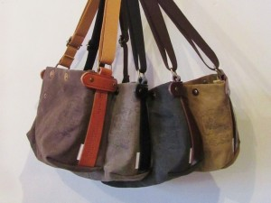ひだりから: choco (camel leather) , khaki (black leather) , green (dk.brown leather) , gold (dk.brown leather) になります。