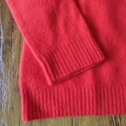 袖口と裾はリブになってます。
