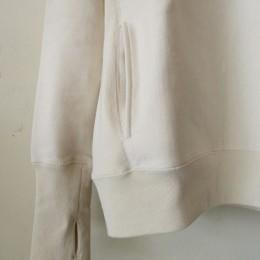 長めの袖リブには「フィンガーホール」を、サイドには「ハンドウォーマーポケット」が付いてます。