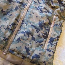 両サイドには大きなZIPポケットが付いてます。(中には裾部分のドローコードが収納されてますよ。)