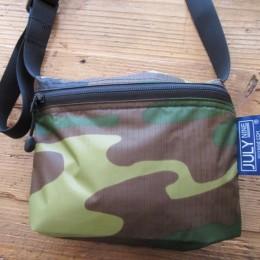 お財布と、カギや、ティッシュに、あとちょっと・・といったサイズ感でしょうか?。