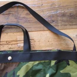 ショルダーストラップと、手持ちのハンドルが付いた2WAYタイプになります。