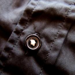 こちらには(生地合わせて)黒のボタンが使われています。