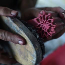 版画のように木版で色を重ねていくインドの伝統的なプリント技術です。(ただ、残念ながら近年はシルクスクリーンプリントに押されてどんどん減ってきてるそうです・・。)