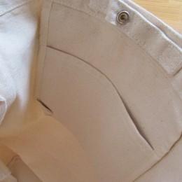 バッグの中には内ポケットがひとつ付いてます。