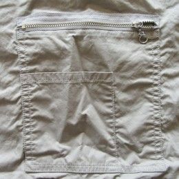 おおきなZIPポケットと、ちいさなポケットが付いてます。