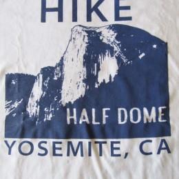 ヨセミテ国立公園にある「ハーフドーム」はトレッキングやハイキングで有名なスポットなんですね!。(・・フムフム。)