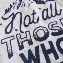 「さまよっている人すべてが失敗するわけじゃない。」って意味だそうです。 (・・ナルホド。)