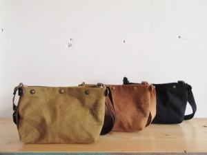 ひだりから:gold (choco leather), brown (camel leather), black (black leather) になります。