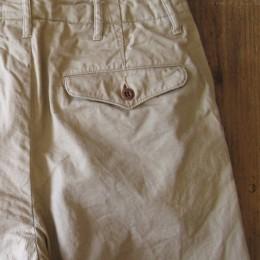 ヒップポケットは(オリジナルにはない!)フラップ付きのポケットにアレンジされています。