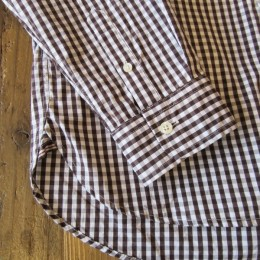 シンプルなつくりの袖や裾。