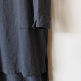 袖や裾にはスリットが入ってますよ。(・・ちなみに裾はうしろが長くなってます。)