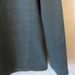 袖や裾はすっきりとリブなしになってます。