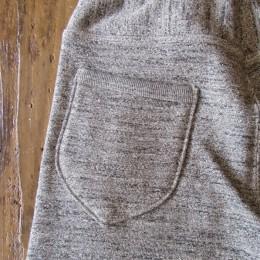 ヒップポケットに使われたリブがポイントになってますね。