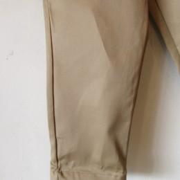 こちらは裾にむかってテーパードしたシルエットになってますよ。(すっきりとしたこちらもまたおすすめなんです!。)
