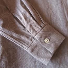 袖はすっきりとシンプルに、