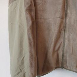 袖口からヒジの部分にかけては補強のためにナイロン生地の切り替えになってます。