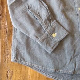 (これまた!)程よい太さの袖や裾のラインも(潔いほど!)シンプルなつくりのワークシャツです。