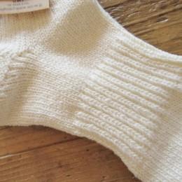 ぐるりと(甲から土踏まずにかけて)リブ編みになってて履き心地も良いですよ。