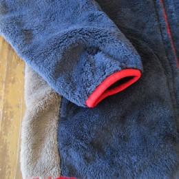 袖口と裾はパイピングになってます。(あと、両サイドにはポケットが付いてますよ。)