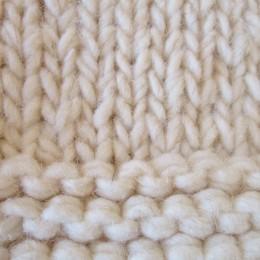 よりやわらかく耐久性を持たせる為に「カーディング」という伝統的な編み方でつくられているそうですよ。