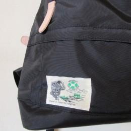 外側にZIPポケットが付いたシンプルなデザインです。