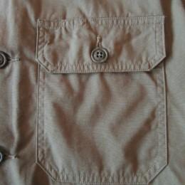 両むねに付いた大きなポケットが特徴的(そして便利!)です。