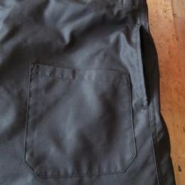 フロントのパッチポケットと、サイドにもスラッシュポケットが付いてますよ。